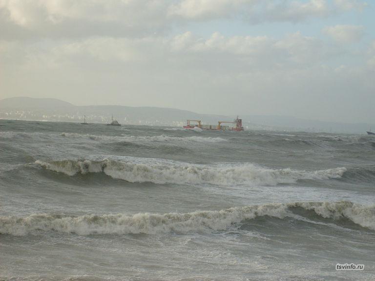 Корабли не видать за волнами