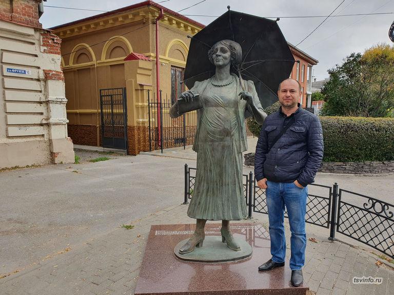 Памятник Фаине Раневской в Таганроге