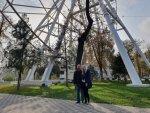 Около колеса обозрения в парке Ростова на Дону